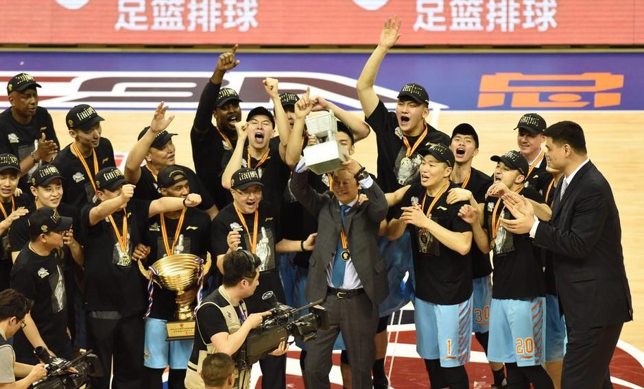 与新疆队一同获得CBA2016-2017 总冠军.jpg